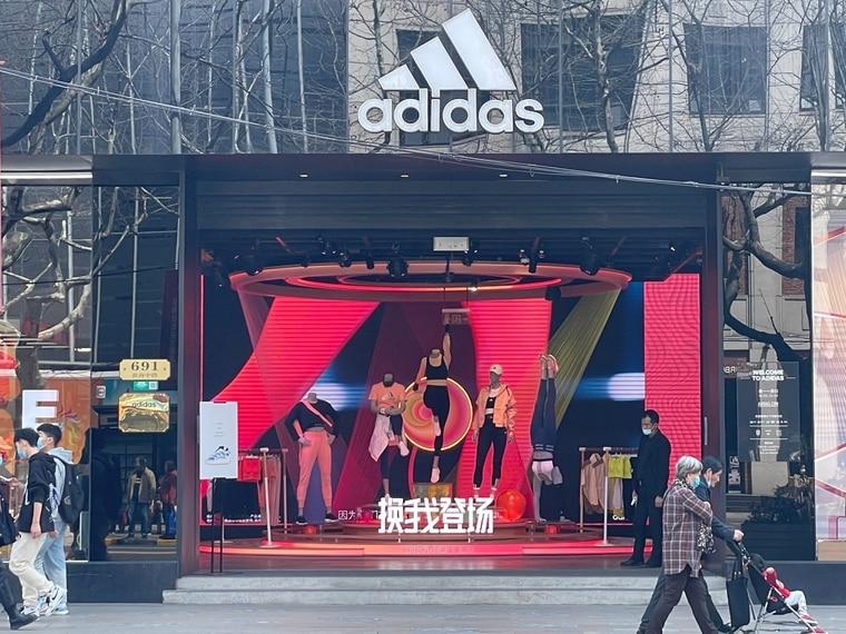 adidas 服装店